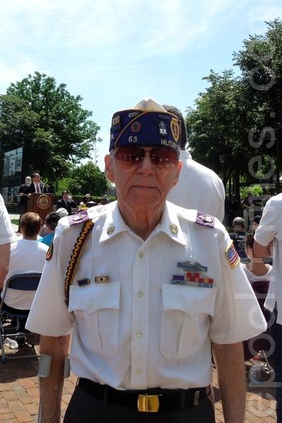 韓戰老兵Roberto W. Fuomer於50年代在朝鮮戰場度過了17歲和18歲生日。(攝影:韓林/大紀元)