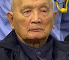 前红色高棉领导人农谢为毛派政权统治柬埔寨时所犯下的暴行表示悔恨,并承认对此负有责任。图为2012年1月10日,农谢出席金边法庭。(NHET SOKHENG/ECCC/AFP)