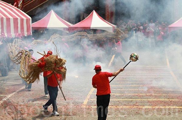 三义云火龙节,在烟雾迷漫中祥龙舞动龙身。(摄影:许享富/大纪元)