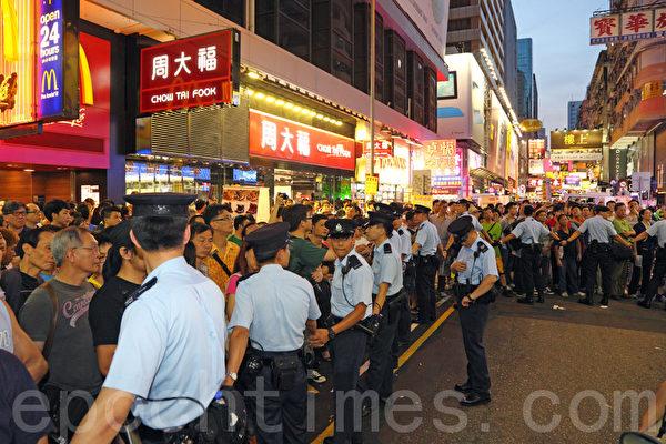 大批警方到場組成人鏈,分隔市民。(攝影:潘在殊/大紀元)