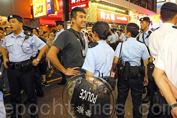 有女警拿防暴盾牌。(攝影:潘在殊/大紀元)
