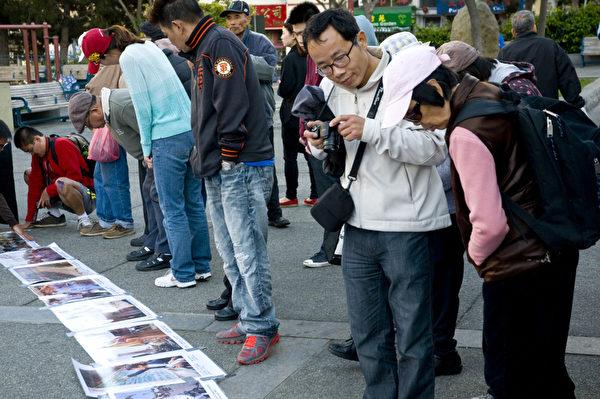 6月2日晚,民众在旧金山华埠花园角公园观看六四屠城照片。(摄影:曹景哲/大纪元)