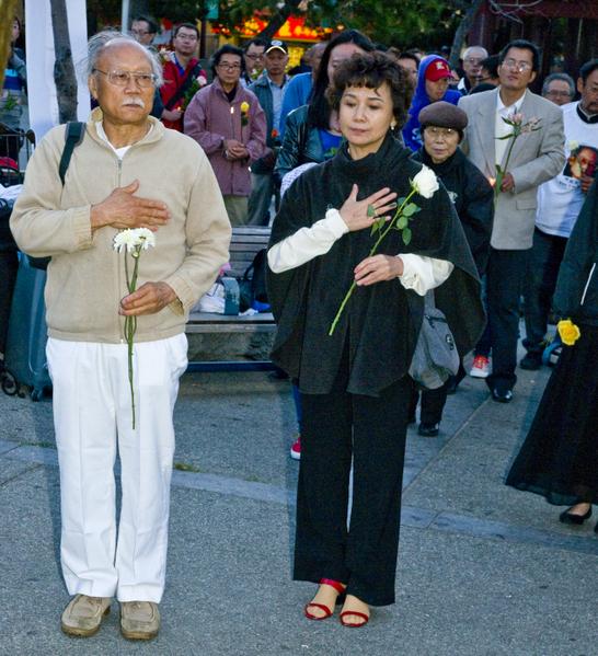 6月2日晚,民众向天安门民主女神像献花悼念六四被中共屠杀的学生和民众。(摄影:曹景哲/大纪元)