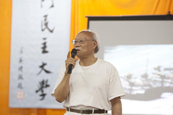 中国当代作家郑义在宣告天安门民主大学复校典礼活动上发言。(摄影:马有志/大纪元)