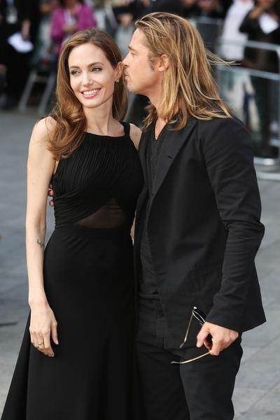 布拉德•皮特對安吉麗娜•朱莉呵護備至。(Tim P. Whitby/Getty Images)