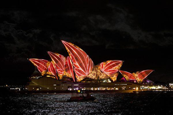 """2013年5月24日,""""雪梨艺术节""""(Vivid Sydney)登场,雪梨歌剧院华丽变装,百变造型让人惊艳。(SAEED KHAN/AFP)"""