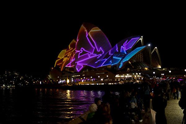 """2013年5月28日,""""雪梨艺术节""""(Vivid Sydney)登场,雪梨歌剧院华丽变装,百变造型让人惊艳。(SAEED KHAN/AFP)"""