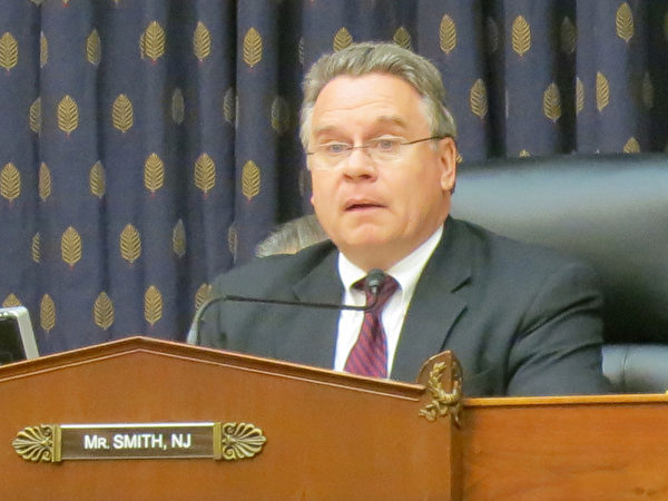 听证会的主持人、美国资深国会议员史密斯(Chris Smith)说,中共政府不仅继续把难以言述的痛苦和苦难强加给自己的人民,而且对天安门大屠杀的掩盖也是史无前例的。(摄影:林宇/大纪元)