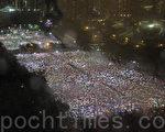 六四民主运动二十四周年的晚上,香港逾15万人在暴雨中于维多利亚公园举行烛光晚会,悼念天安门的英魂。(摄影:蔡雯文/大纪元)