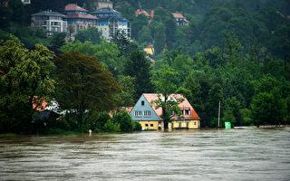 德国连日豪雨,多瑙河水位暴涨,创下500年的最高纪录。南部雷根斯堡宣布进入紧急状态。(ARNO BURGI/AFP)