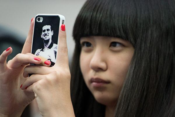 80、90後這些年輕人,他們個個都是手機狂人。(AFP)
