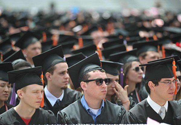 美國學生貸款總額已經超越信用卡貸款額,在2012年就突破了一兆美元,平均每個學生畢業的時候背上2萬7000美元的債務。(AFP)
