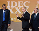 """6月5日,俄罗斯总统普京(中)在护法机关打击贩毒的国际会议上表示:""""生产和输出阿富汗鸦片类药物不仅仅是俄罗斯和邻国的问题,也是欧洲、美国和加拿大的问题。""""( AFP PHOTO / NATALIA KOLESNIKOVA)"""