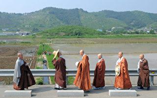大韩佛教曹溪宗为挽形象,制定依出家年资,限制搭车的僧伽清规,不过却没罚则规范。(JUNG YEON-JE/AFP)