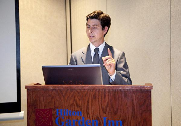 洛杉磯法輪功學員阿爾伯特‧羅曼主持了當日的記者會(攝影:季媛/大紀元)