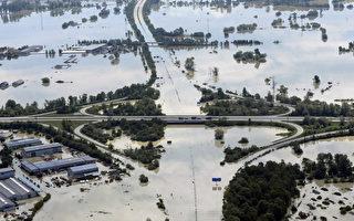 德国多瑙河沿岸的德根多夫一处河堤溃堤,大水淹没市区及高速公路,使该地几乎与世隔绝。(AFP)