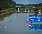 德国巴伐利亚南部千年小城Deggenforf完全被水淹没了,此为6月7日A3号高速公路。(Joerg Koch/Getty Images)