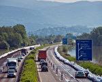 巴伐利亚南部千年小城Deggenforf灾情严重,A3号高速公路一片汪洋,但是6月7日A92号高速公路已经恢复交通。Joerg Koch/Getty Images)