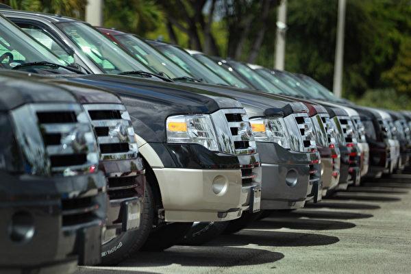 今年上半年美國汽車銷售同比下滑2.1%,諮詢公司AlixPartners週三(12日)公布的報告,預測2017年銷量降為1,690萬輛,2019年將跌到1,520萬輛,較2016年的高峰回跌13%。(Getty Image)