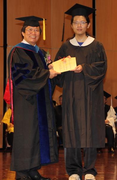 """嘉大邱义源校长(左)致赠精心设计""""希望木卡""""分赠给毕业生代表。 (摄 影:苏泰安/大纪元)"""