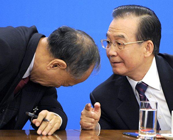 溫家寶(右)在2012年中共兩會期間見中外記者,多次拒絕江派李肇星(左)阻攔發言,直到記者提出王立軍問題,溫家寶解答完才結束會議。(AFP)