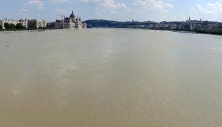 中欧洪水9日沿着多瑙河威胁匈牙利首都布达佩斯特,迄今当局共撤离约1千多人,没有严重灾情或伤亡传出,不过在当天上午,洪峰已高于2006年以来的记录。(ATTILA KISBENEDEK/AFP)
