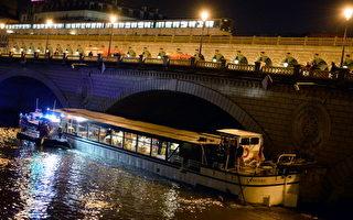 6月1日晚象牙号发生了事故,这次它不是撞到了冰山上,而是航行到贝西桥(pont de Bercy)的时候,因为马达突然出现故障被卡在两座桥墩之间,当时在船上的40多名游客不得不放下手上的刀叉,随救护人员弃船上岸。  (LIONEL BONAVENTURE/AFP/Getty Images)