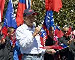 國民黨海外部副主任鍾維君表示,中華民國國旗不容撤除。(攝影:曹景哲/大紀元)