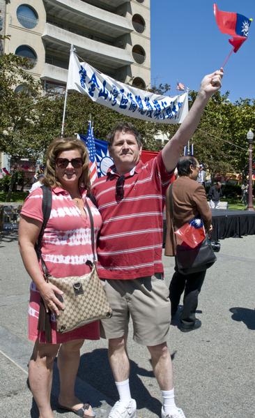 路過的外國人也揮著青天白日滿地紅旗表示支持。(攝影:曹景哲/大紀元)