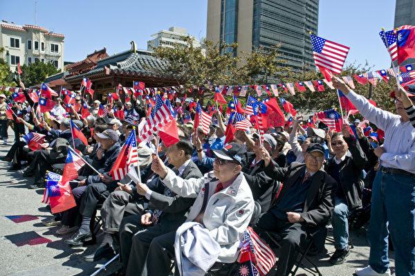 8日,500多名僑胞從灣區各地趕來參加護旗大會。(攝影:曹景哲/大紀元)