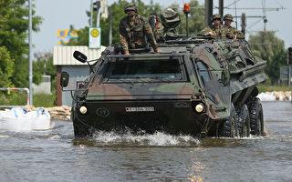 德国国防军出动士兵和装甲车到马格德堡救援。(Sean Gallup/Getty Image)