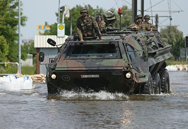 德國國防軍出動士兵和裝甲車到馬格德堡救援。(Sean Gallup/Getty Image)