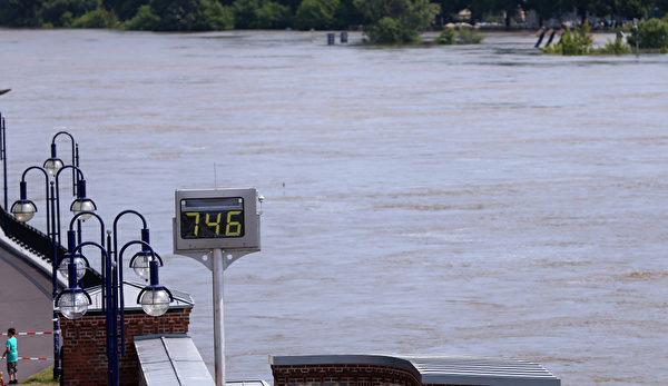 2013年6月9日,德國北部薩克森-安哈特州的首府馬格德堡,防洪堤的水位超過了7.4米. (RONNY HARTMANN/AFP)