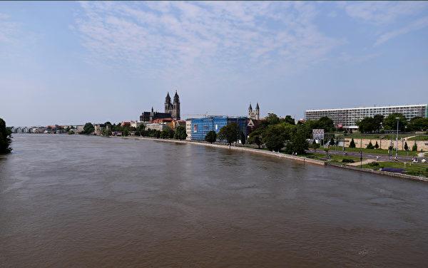 2013年6月9日,德國北部薩克森-安哈特州的首府馬格德堡,洪堤的水位遠遠超過了平時的兩米高度。(RONNY HARTMANN/AFP)