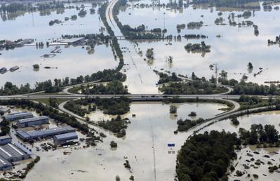 德國多瑙河沿岸的德根多夫一處河堤潰堤,大水淹沒市區及高速公路,使該地幾乎與世隔絕。(AFP)