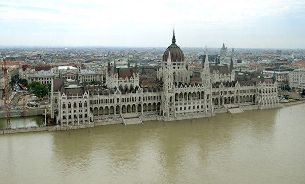 6月9日洪水沿著多瑙河威脅匈牙利首都布達佩斯特,迄今當局共撤離約1千多人,沒有嚴重災情或傷亡傳出。(SANDOR H. SZABO / ORFK / AFP)
