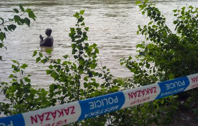 6月2日,捷克遭遇近10年來最嚴重的洪水侵襲,水患威脅首都布拉格市中心,造成約2,700名居民暫時撤離。圖為布拉格市的伏爾塔瓦河水位暴漲,洪水幾乎淹沒矗立在附近的一座高聳雕像。(MICHAL CIZEK/AFP)