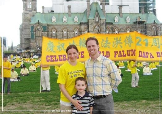 二零一三年五月八日,加拿大首都渥太华国会山前,德鲁与妻子及儿子在法轮大法传世二十一周年庆祝活动现场。(图片来源:明慧网)