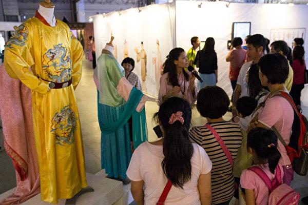「新唐人穿越時空互動大展」12日於台北花博爭艷館開展,參展民眾參觀漢服設計師作品展示。(攝影:陳柏州/大紀元)