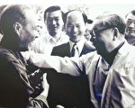 蔣經國拜訪台灣地方人士,當時在旁的是桃園縣長許信良。(照片:邱傑提供)