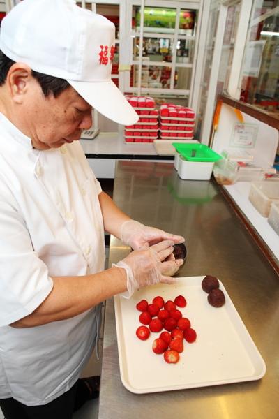 朱水源研发草莓大福成为府城特色伴手礼。(摄影:陈霆/大纪元)