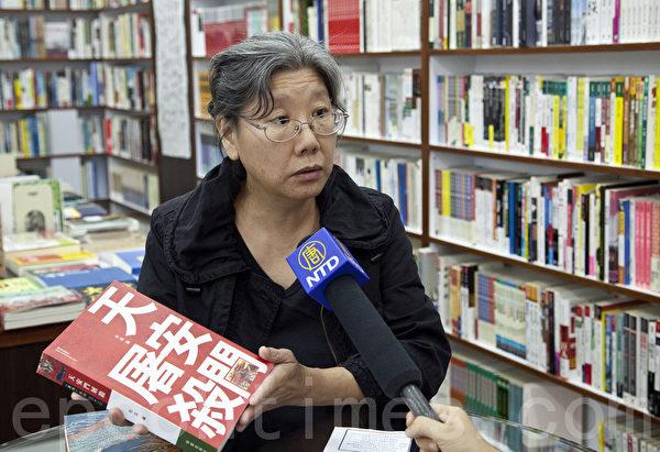 有杜斌親筆簽名的新書在香港書店熱賣。(攝影:余鋼/大紀元)