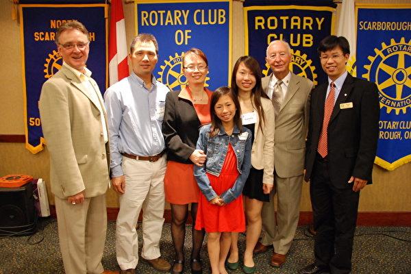 圖:張嘉瑜(右3)和她的父親、母親、妹妹及扶輪社會員Eugene B.Burns,Qc律師、James Ashbrige、頒獎嘉賓李正(右1)。(攝影:伊鈴/大紀元)