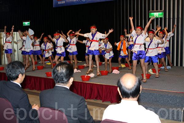 礁溪鄉立幼兒園表演溫泉迎賓舞。(攝影:曾漢東/大紀元)