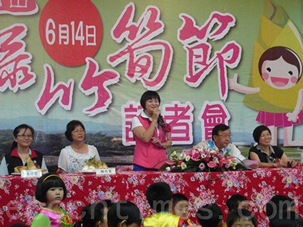 宝山乡长范玉燕请大家别错过绿竹笋节。(摄影:彭瑞兰/大纪元)
