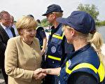 从2013年5月开始,德国闹洪水。图为总理默克尔6月12日到北部视察灾情。(Sebastian Kahnert/AFP/Getty Images)