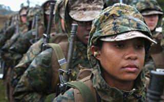 美国军方正规划允许女性从2015年起一年内先后加入陆军游骑兵和海豹突击队的培训。图为2月在南加州参加培训的女性海军新兵。  (Scott Olson/Getty Images)