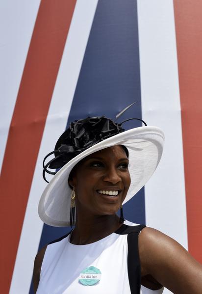 2013年6月18日,前英国全能运动员丹尼斯·刘易斯配戴造型帽子,出席英国皇家爱斯科赛马会。(ADRIAN DENNIS/AFP)