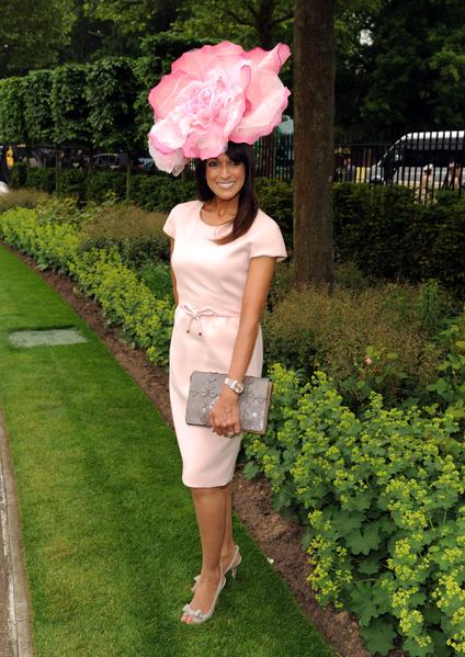 2013年6月18日,英国皇家爱斯科赛马会上,贵妇们配戴各式各样帽子,争奇斗艳。(Eamonn M. McCormac/Getty Images)