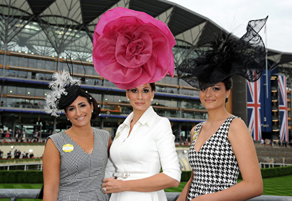 2013年6月18日,服装设计师伊莎贝拉‧克里斯特森(中)和女儿配戴造型帽子,参与皇家爱斯科赛马会。(Eamonn M. McCormack/Getty Images)